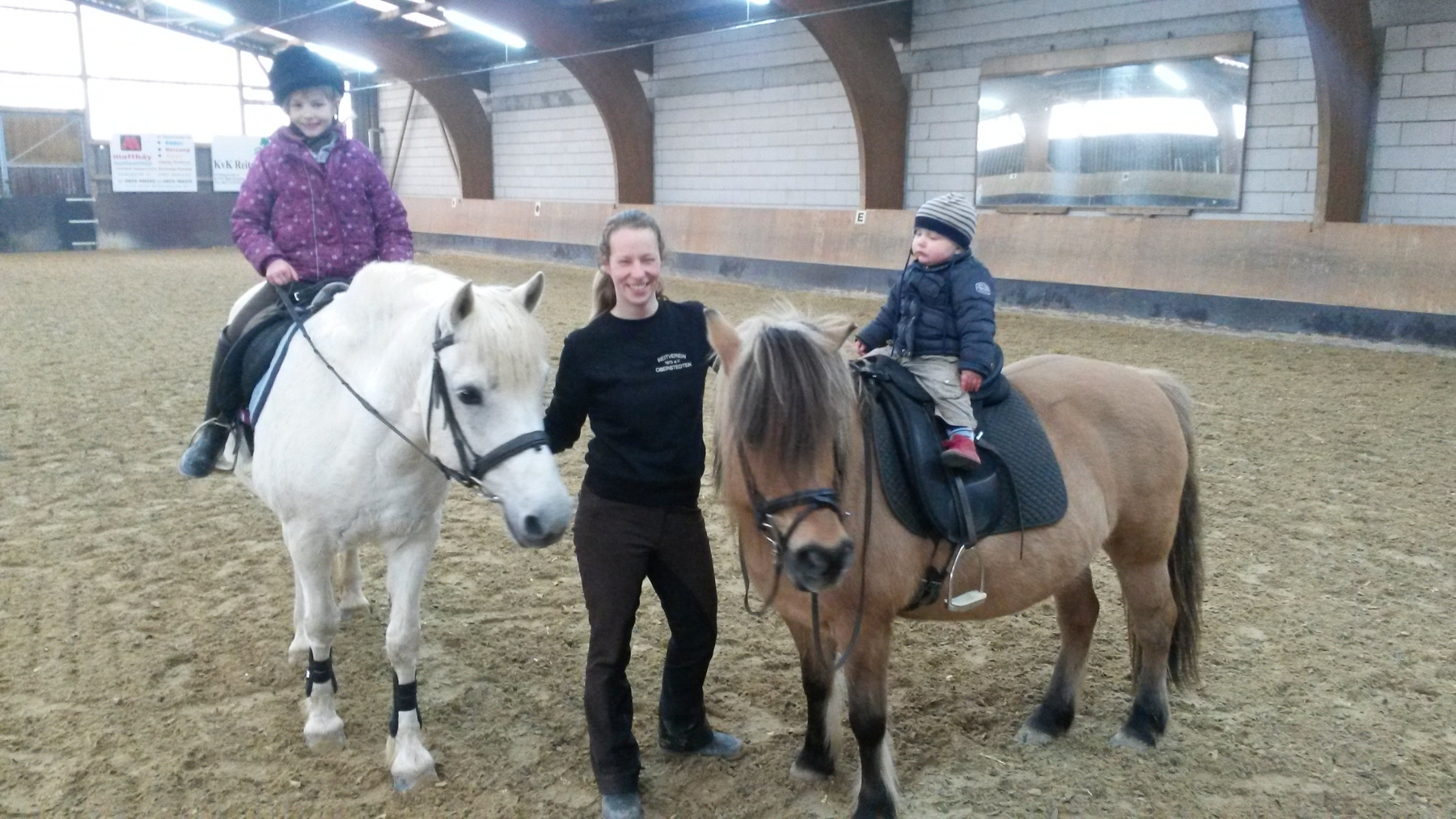Reitlehrerin Julia Maaß mit ihren Kindern